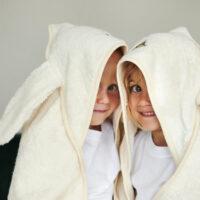 to børn med håndklæder på