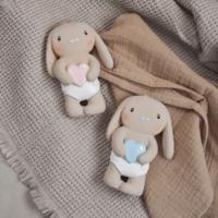 Sanselegetøj fra Lille Kanin - Marlon og Mio på tæppe med stofble